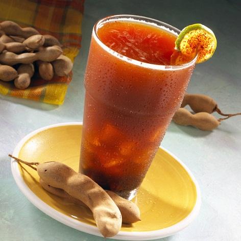 Cóctel con cerveza y jugo de tomate con tamarindo