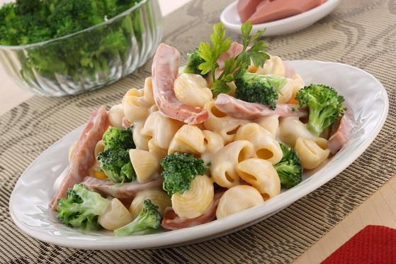 Coditos en salsa de tocino y brócoli deslactosado