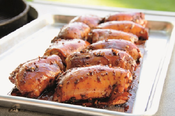 Muslos de pollo a la tabla con glaseado de jengibre y soya