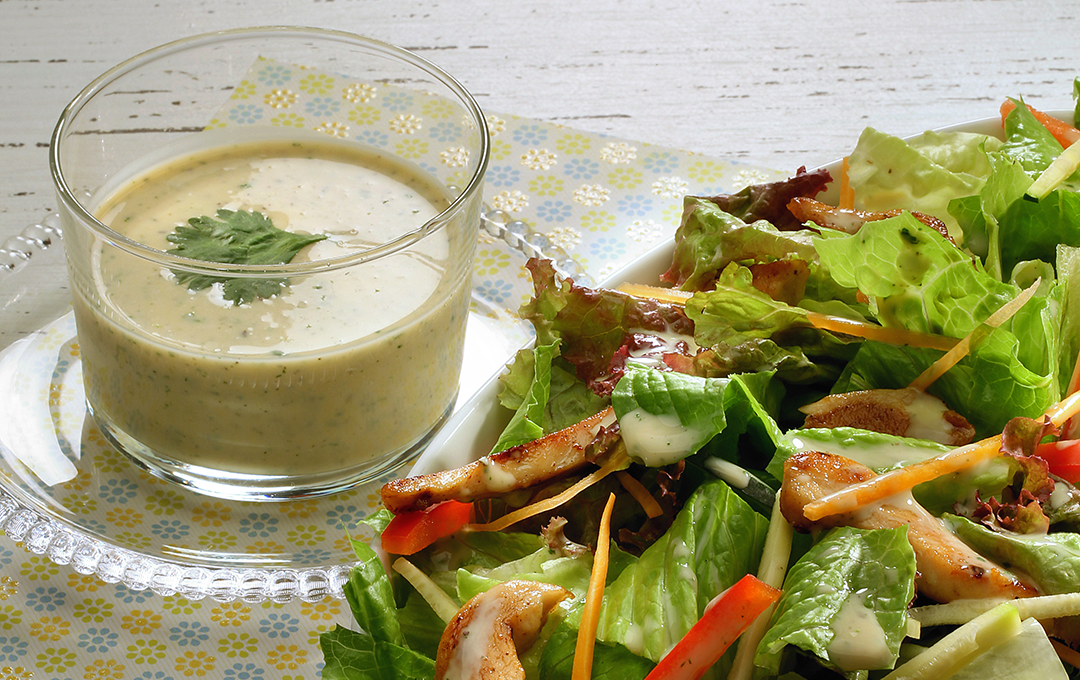 Ensalada Fresca con Salsa de Cilantro