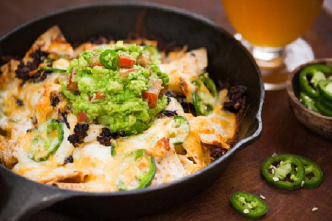 Nachos con chorizo y guacamole