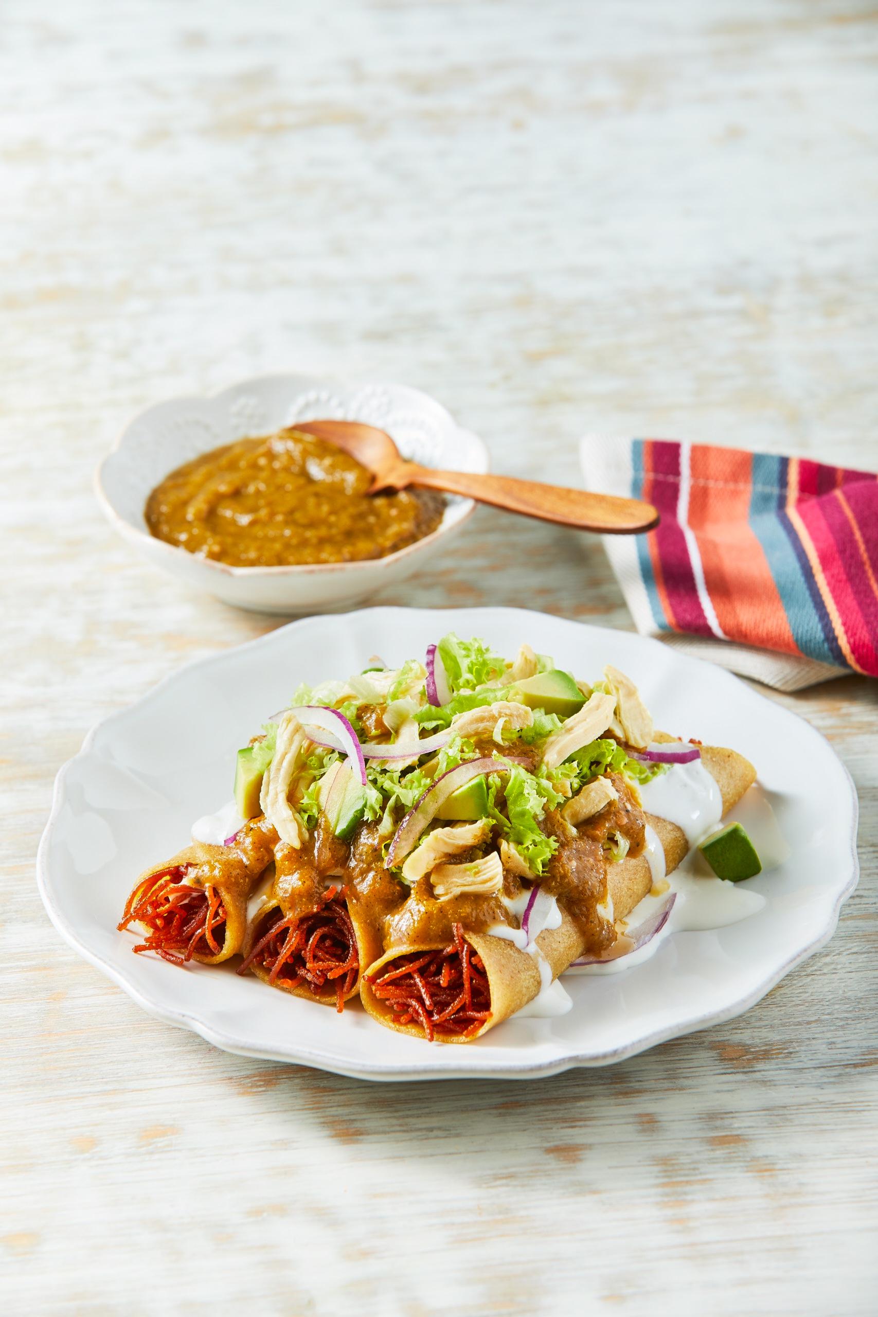 Tacos dorados de fideo seco con pollo