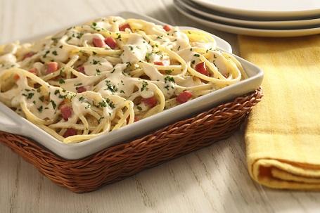 Espagueti en salsa de tocino y perejil deslactosado