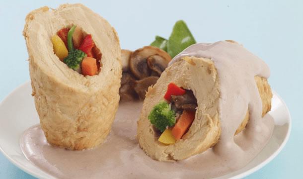 Pollo relleno de verduras en salsa de champiñones
