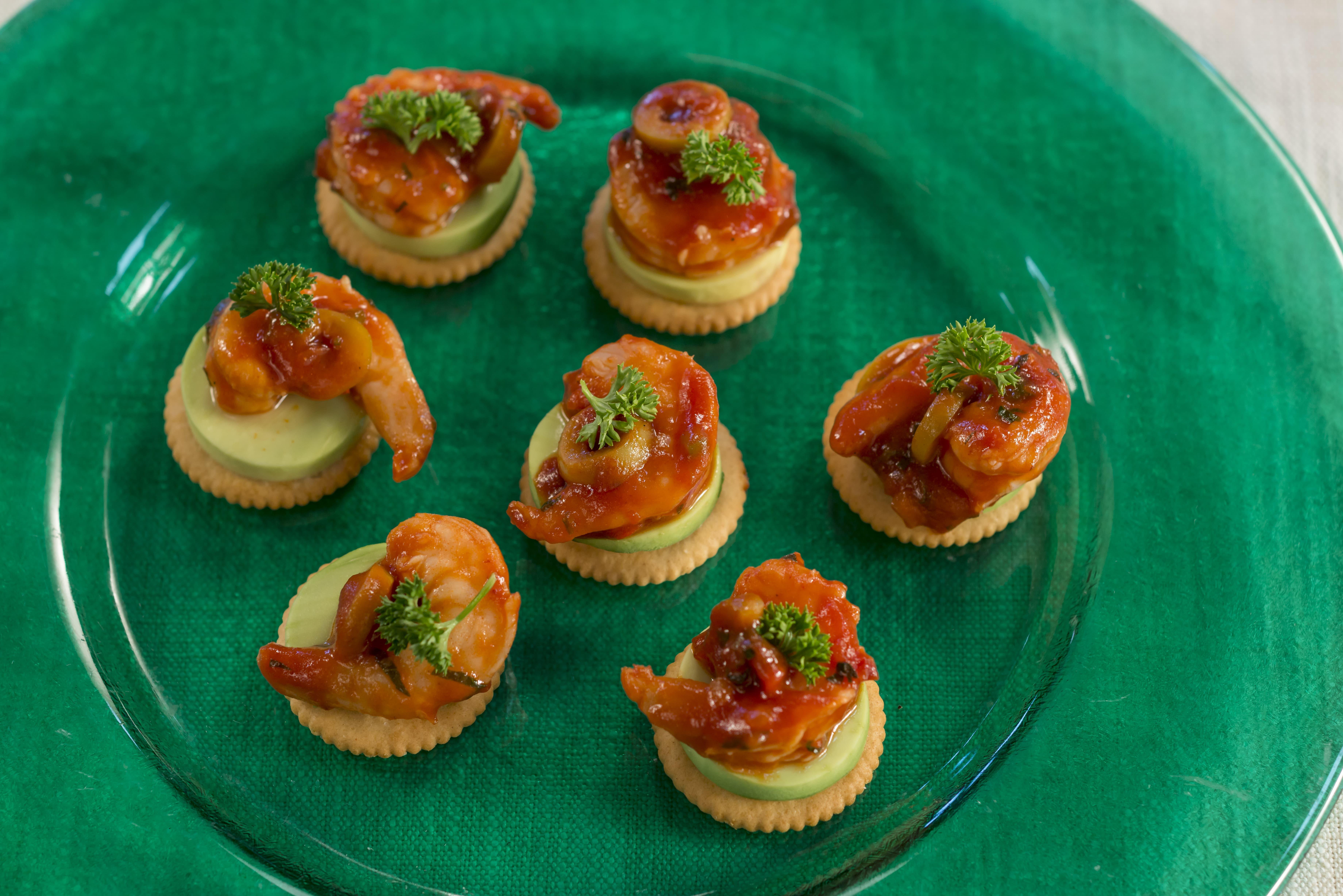 Bocaditos de camarón en salsa de tomate