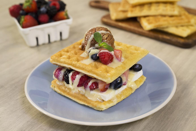 Sandwich de Waffle con helado y frutos rojos