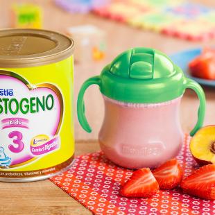 BATIDO DE FRESAS Y DURAZNO CON NESTOGENO® 3 KIDS