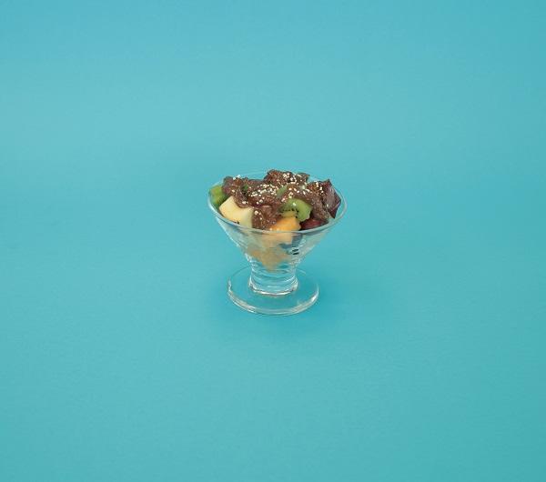 Copa de frutas con salsa de chocolate