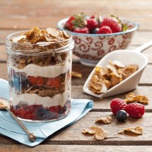 Sorpresa de frutas rojas, yogurt y FITNESS®