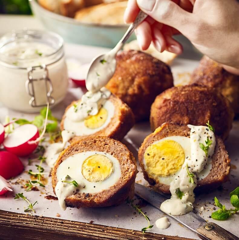 Sycąca przekąska – mięsne kotleciki z jajkiem w środku