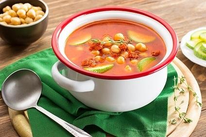 Sopa de garbanzo, calabacitas y chorizo