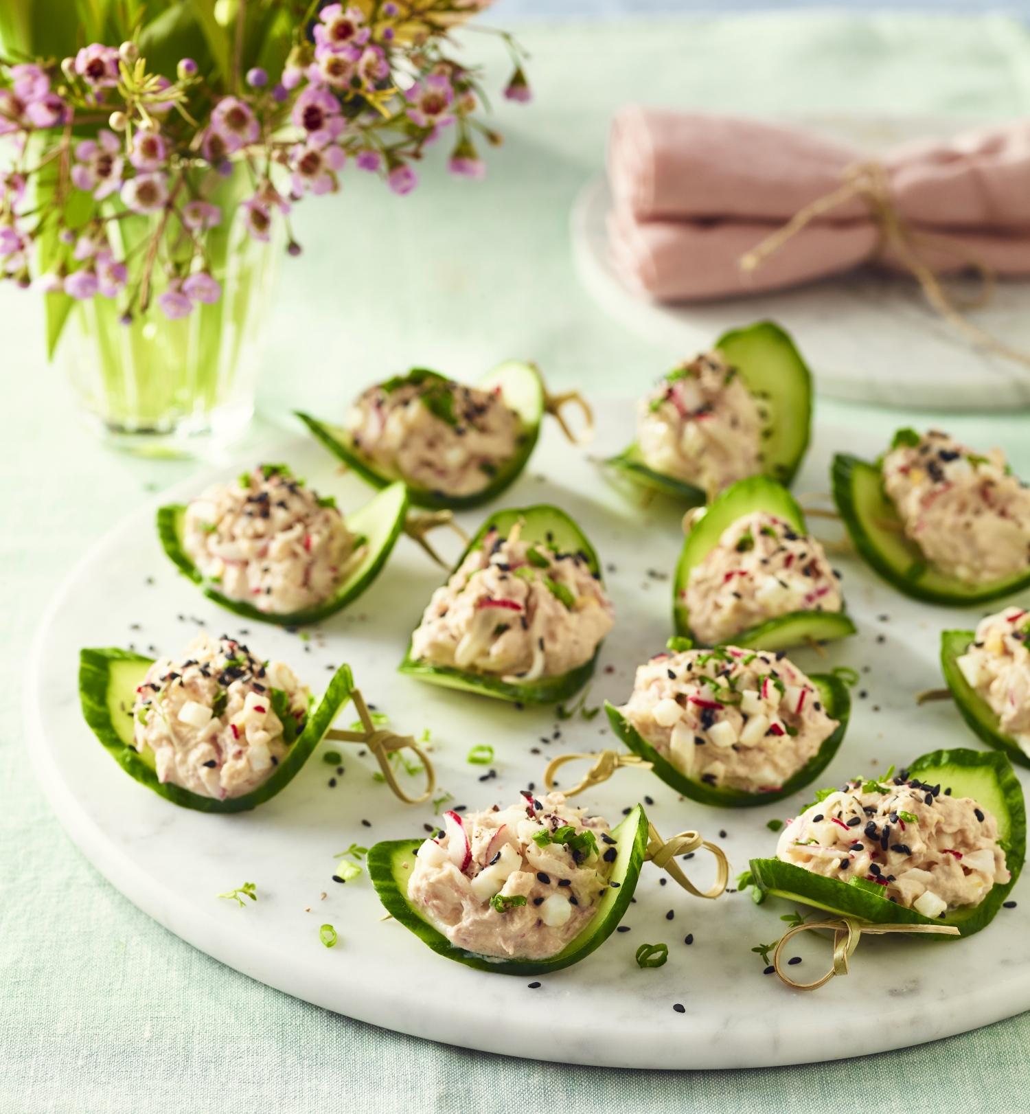 Sałatka z tuńczykiem, jajkiem i rzodkiewką na ogórku
