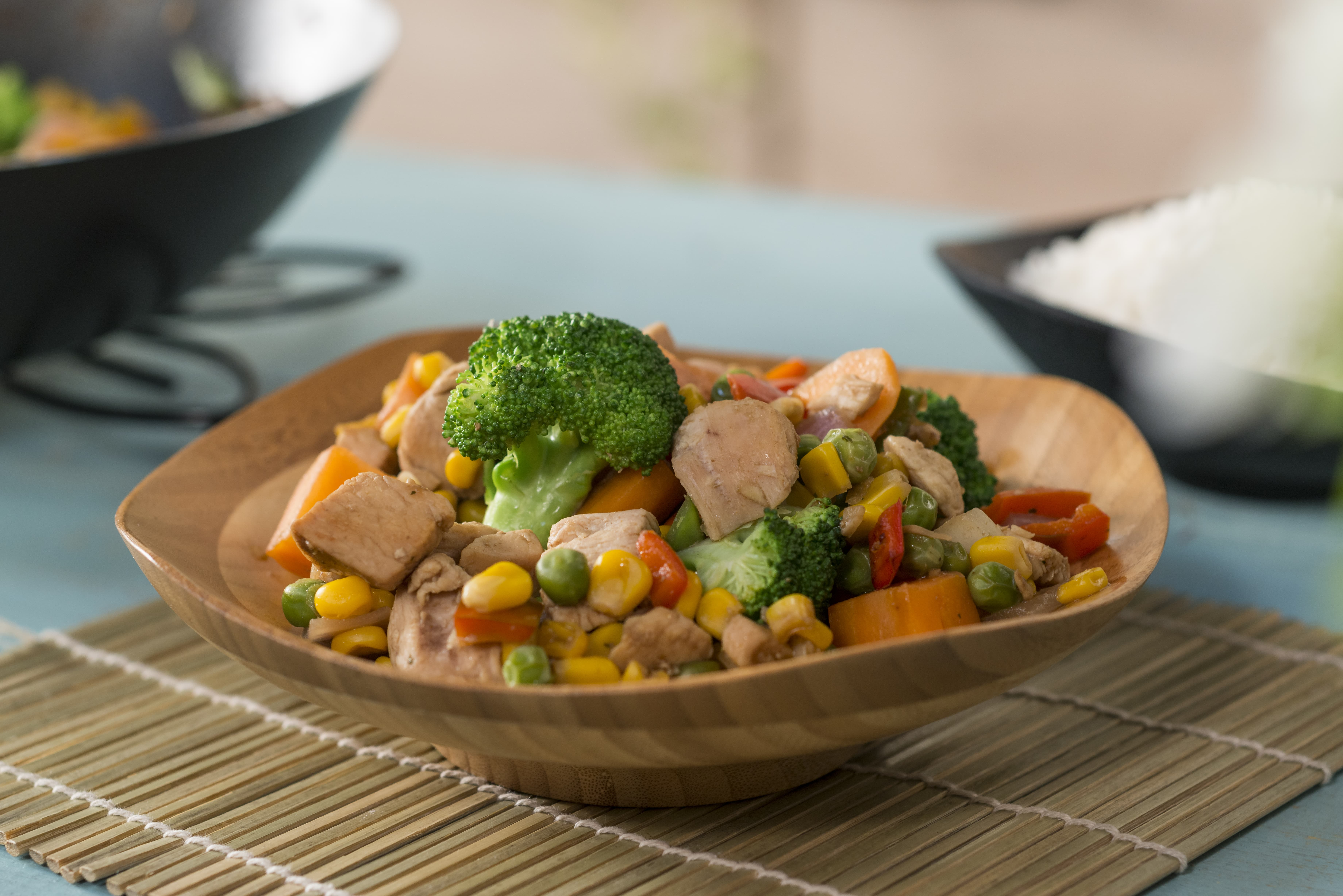 Pollo al wok con vegetales