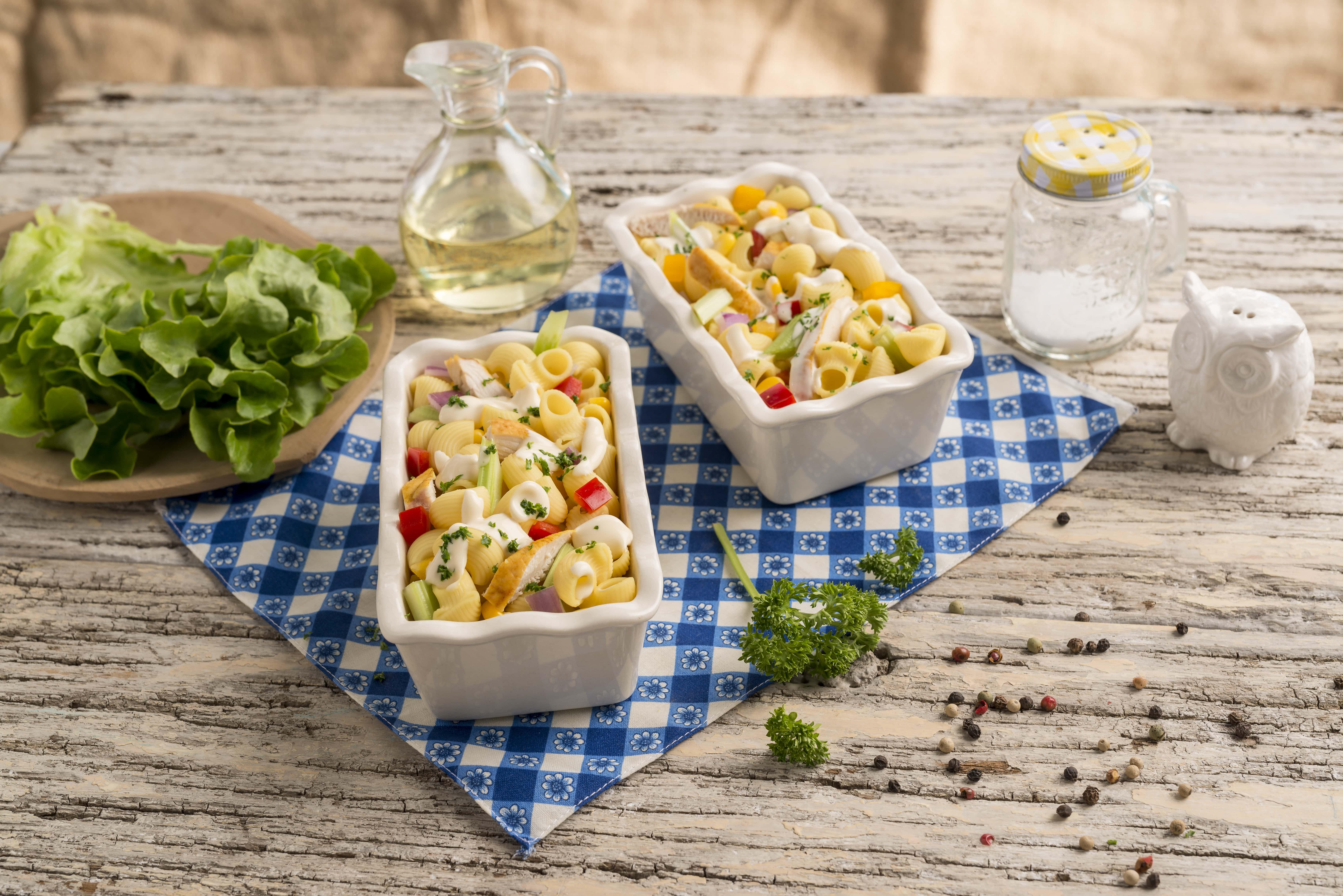 Ensalada de pasta con pollo y vegetales