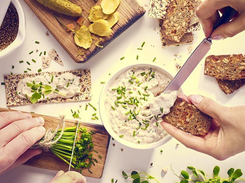 Pasta z wędzonej makreli ze szczypiorkiem i ogórkiem konserwowym
