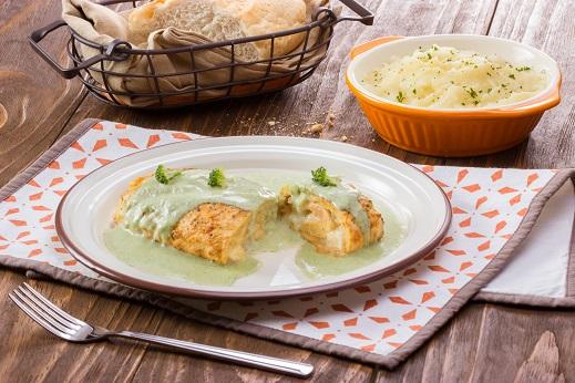 Rollito de pollo con queso y salsa de brócoli
