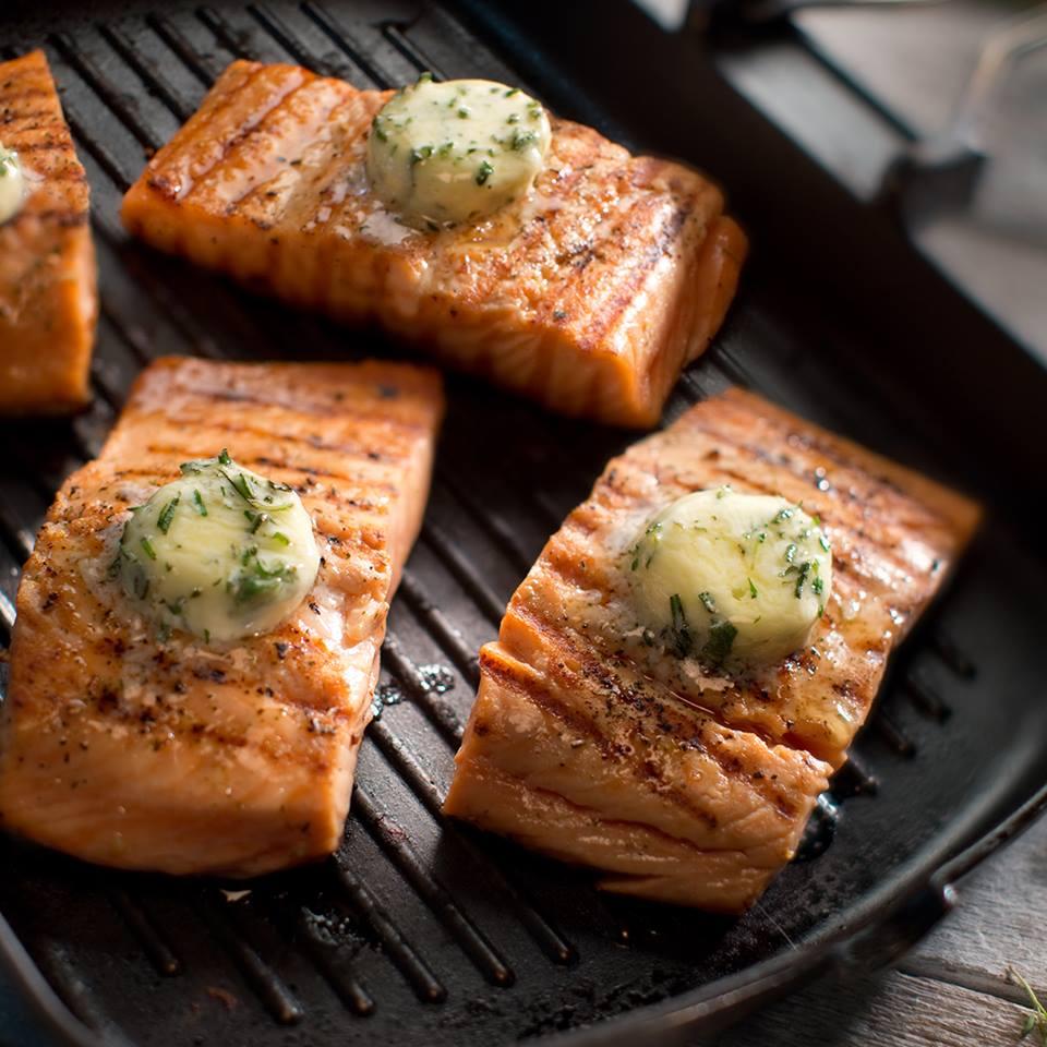 Filete de salmón con mantequilla saborizada