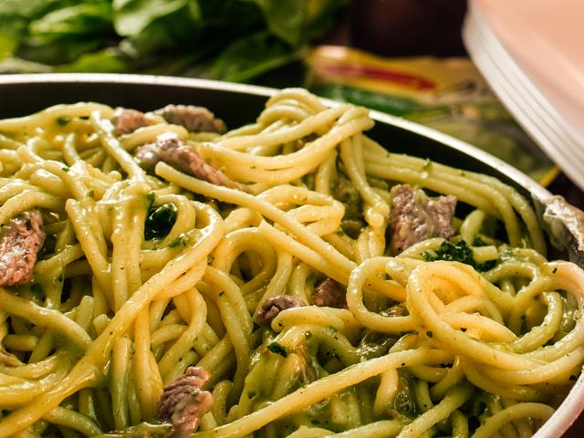 Espaguetis con tiras de res en salsa de espinacas
