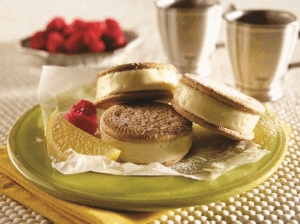 Sándwich helado de limón y frambuesas