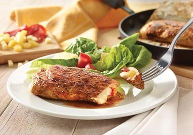 Pechuga de pollo rellena de pepperoni, piña y queso con tomate y especias