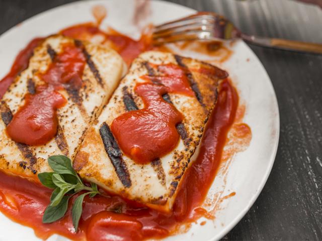 Queso Tostado en Salsa de Tomate