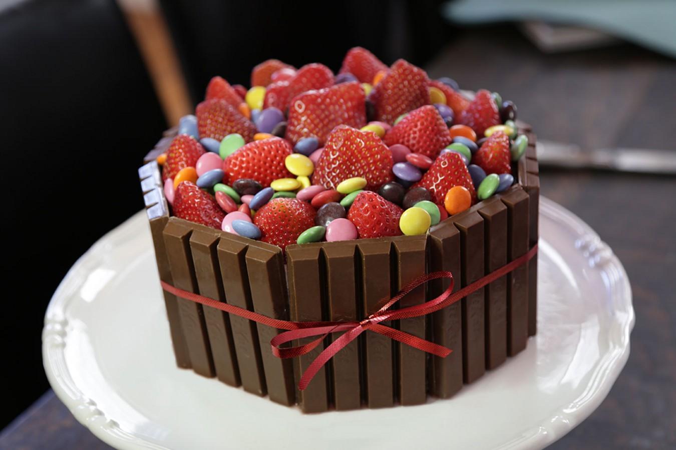 KIT KAT + SMARTIES Cake