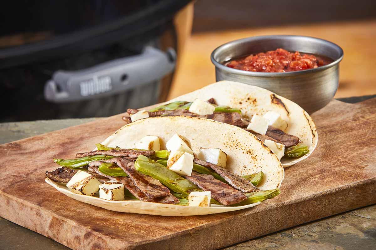 Tacos de carne asada con salsa borracha en asador