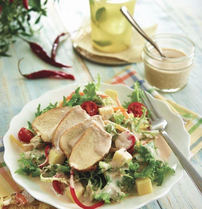 Ensalada con pollo al pimentón y aderezo de ajonjolí y chile de árbol