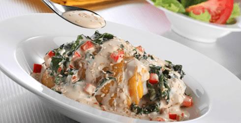 Pollo en crema de espinacas y ajonjolí