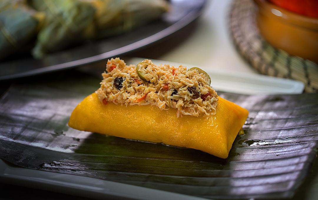Pasteles en Hojas de Yuca Rellenos de Pollo