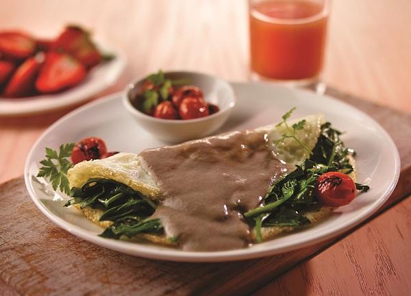 Omelette de claras y espinacas con salsa de champiñones