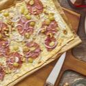Flammkuchen mit Ziegenkäse, Salami und Trauben