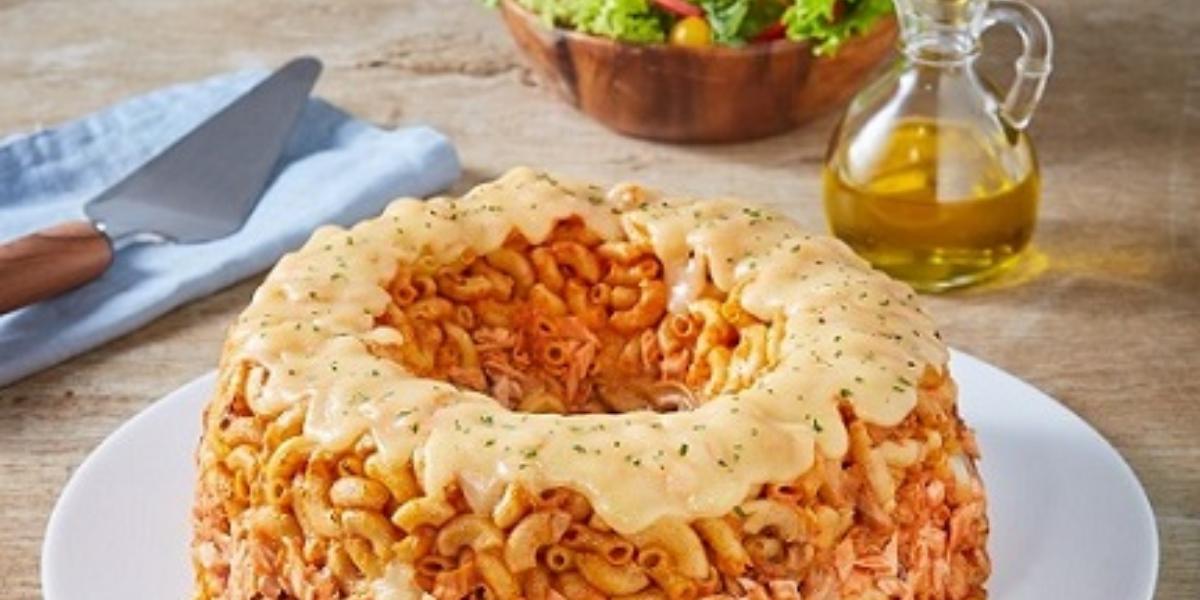 Rosca de pasta con atún y tomate