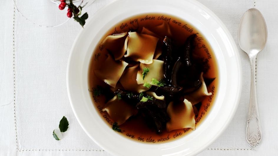 Wigilijna zupa grzybowa z łazankami i włoszczyzną