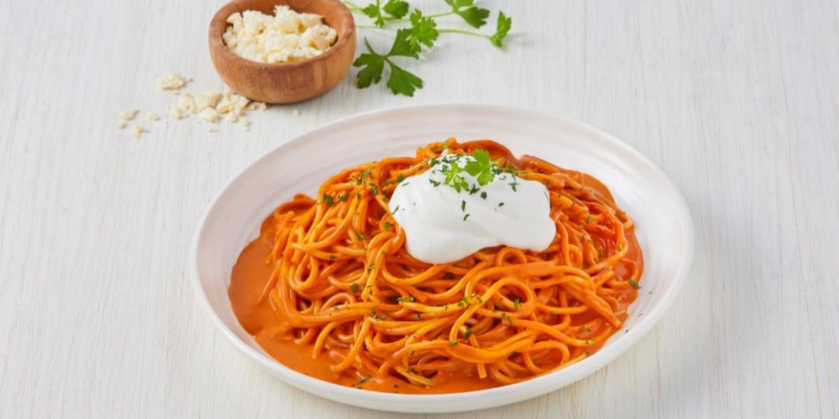 Espagueti rojo cremoso