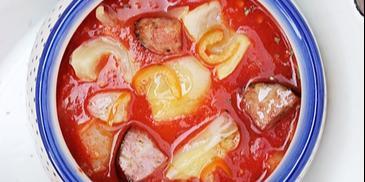 Ostre leczo z papryki i pomidorów podane z chrupiącymi grzankami