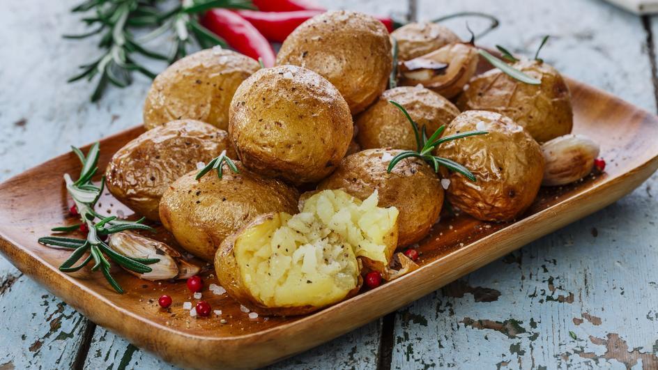 Потпечен компир со рузмарин