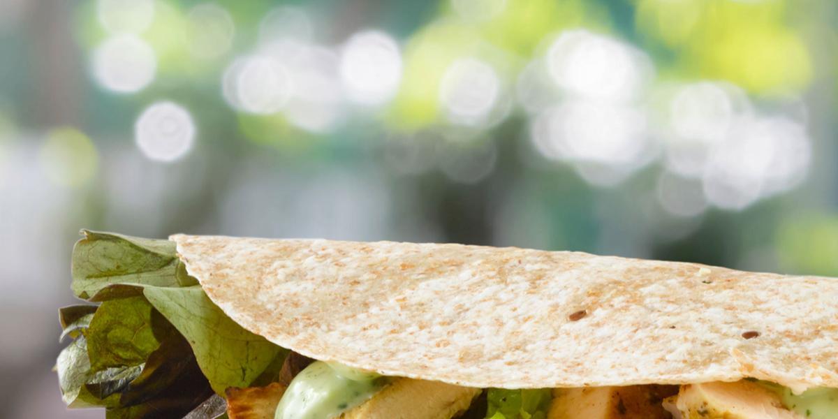 Taco Integral con Pollo y Verduras Grilladas con Salsa de Cilantro