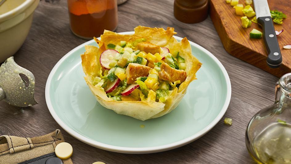 Caesar-Salad im Filo-Körbchen