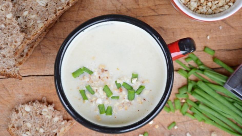 Zupa krem z białych szparagów z serkiem topionym i orzeszkami