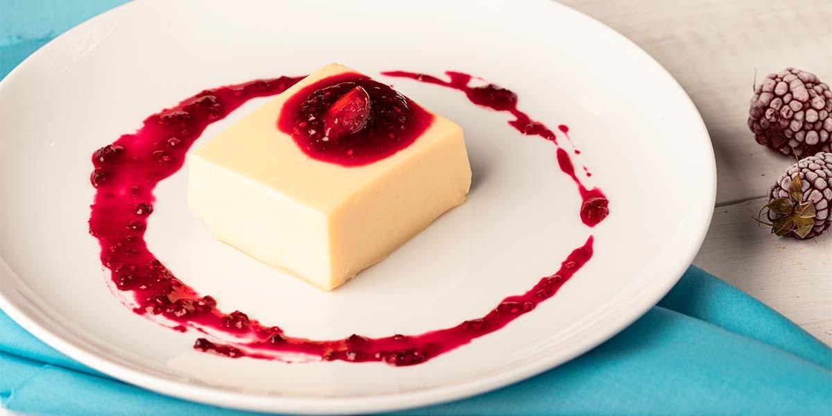 Natilla de arequipe con leche condensada la lechera® y salsa de frutos rojos