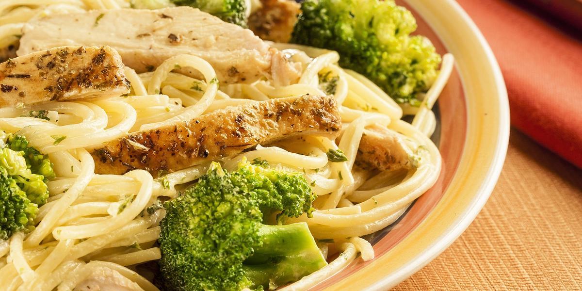 Spaghetti al brócoli con pollo