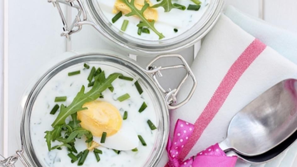 Chłodnik jogurtowy ze szpinakiem, rukolą i jajkiem