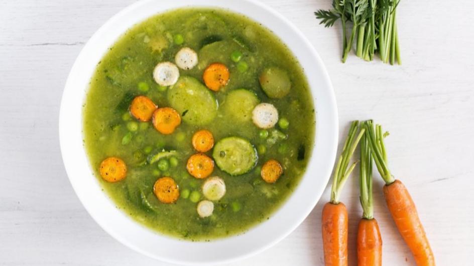 Wegetariańska zupa z zielonego groszku i szpinaku z chipsami warzywnymi