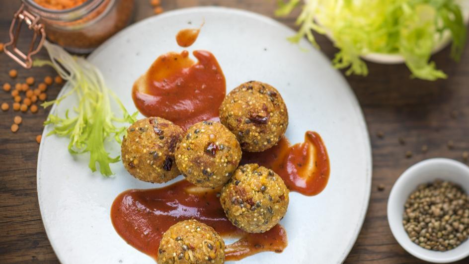 Vegane Quinoa-Linsen-Bällchen mit Hanfsamen