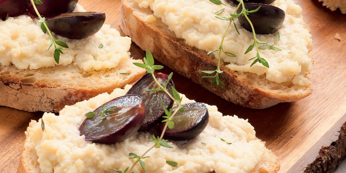 bruschetta-queijo-uva-assada-mel-receitas-nestle