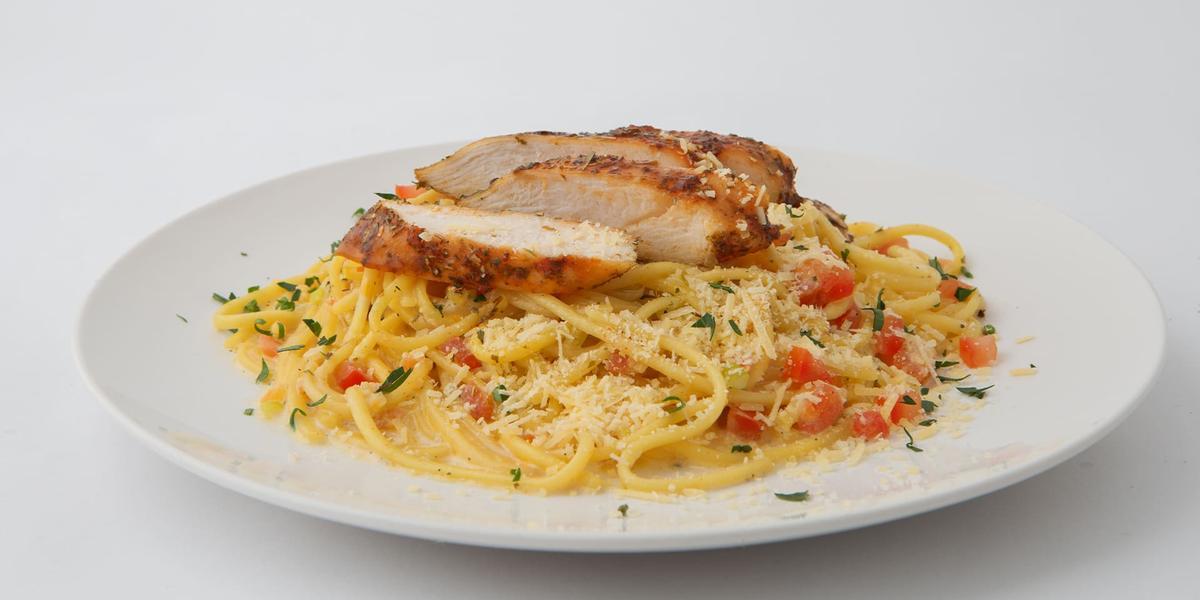 Pasta casera con trozos de pollo al sartén