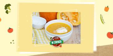Zupa krem z dyni z bitą śmietaną i wiórkami kokosowymi