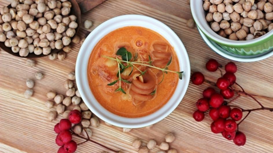 Pożywna zupa z ciecierzycy ze świeżym tymiankiem