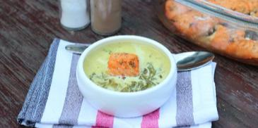 Zupa szpinakowa ze świeżego szpinaku z pieczonym łososiem